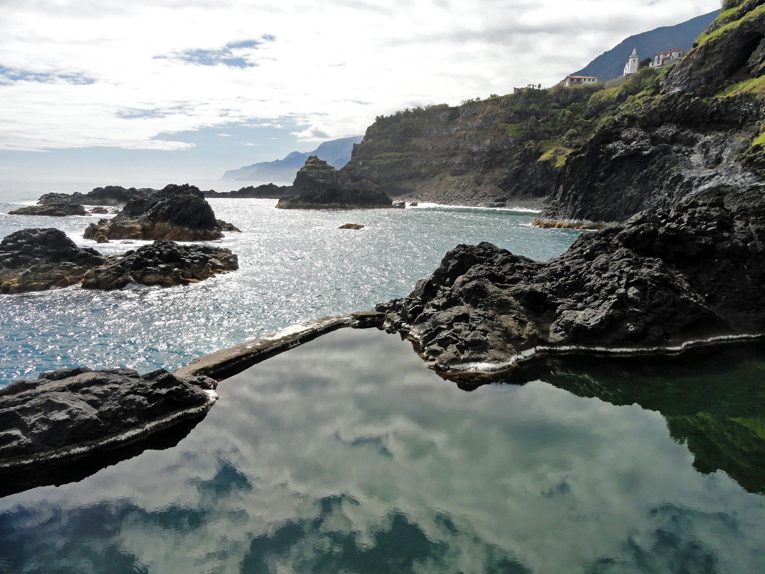 Autem po severním pobřežím Madeiry za přírodními bazény
