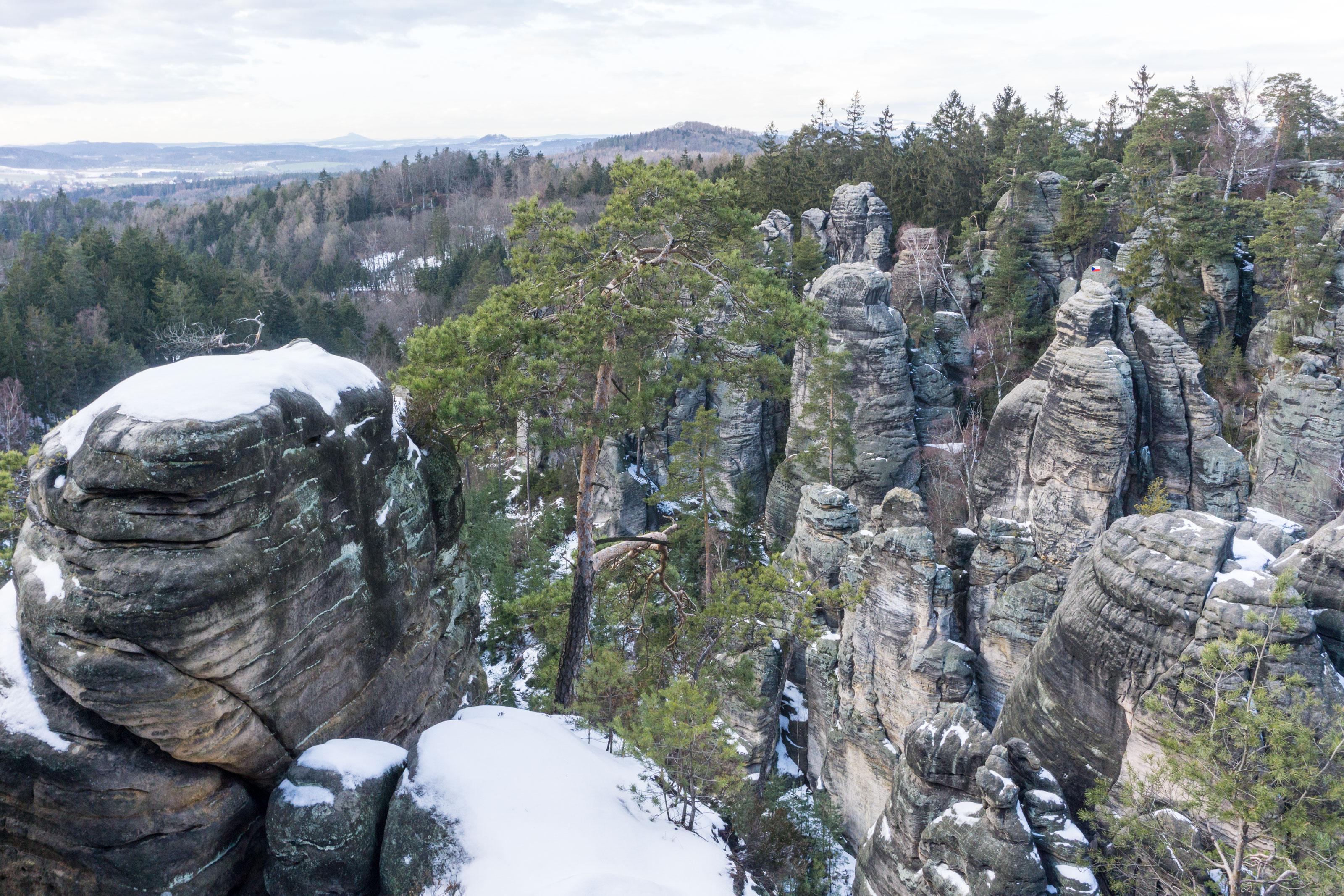 Zimní Prachovské skály pod sněhem a ledem