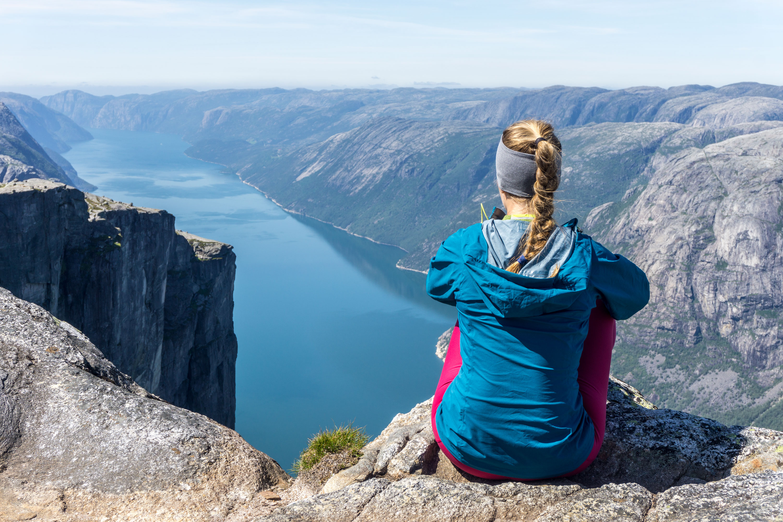 Kjeragbolten, kámen zaklíněný mezi skalami tisíc metrů nad fjordem