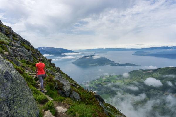 Melderskin mezi fjordy, mraky a kapkami deště