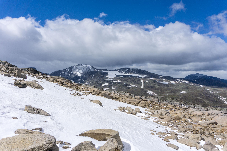 Slunce, mráz, sníh i vítr při červencovém výstupu na norský Rasletinden