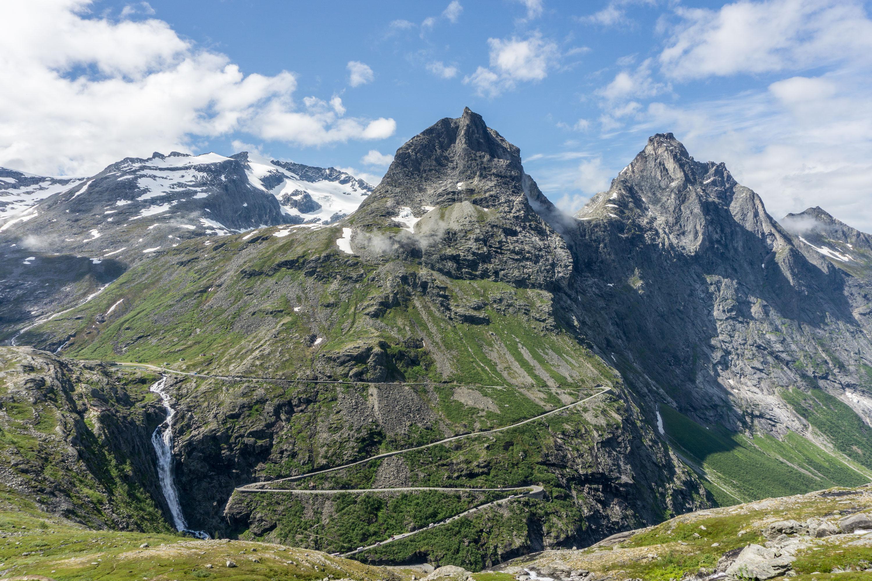 Kilometrová stěna Trollvegen ze sedla Stabbeskaret a sněhový vrchol Storgrovfjellet