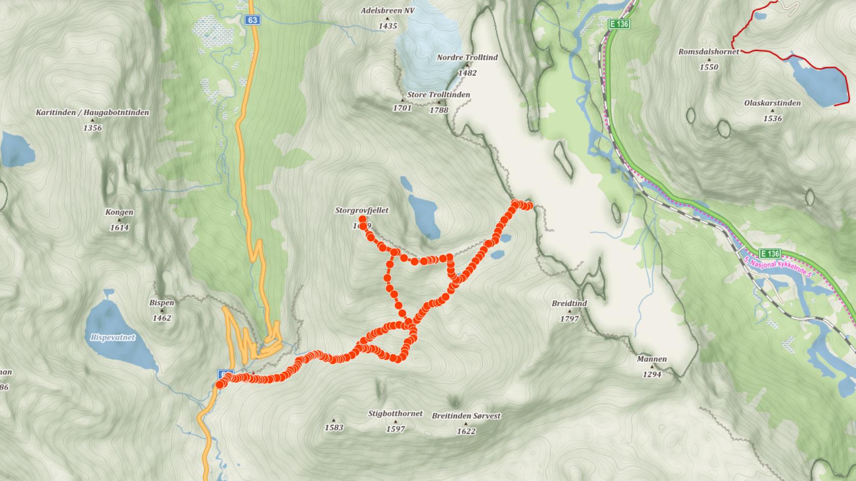 Výstupová trasa do sedlaStabbeskaret nad stěnou Trollvegen a na vrchol Storgrovfjellet