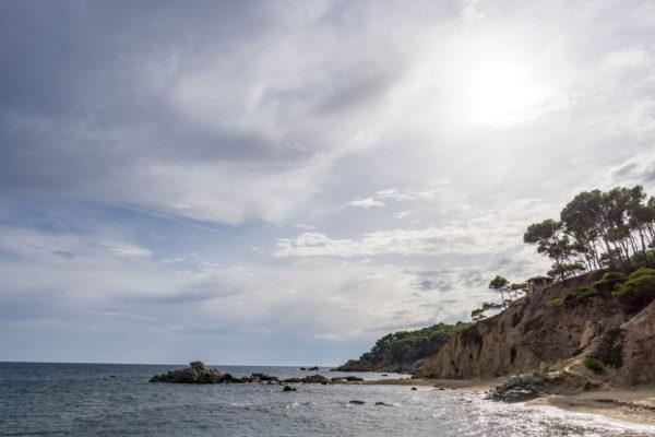 Autem přes pyrenejská městečka na písčité pláže pobřeží Costa Brava