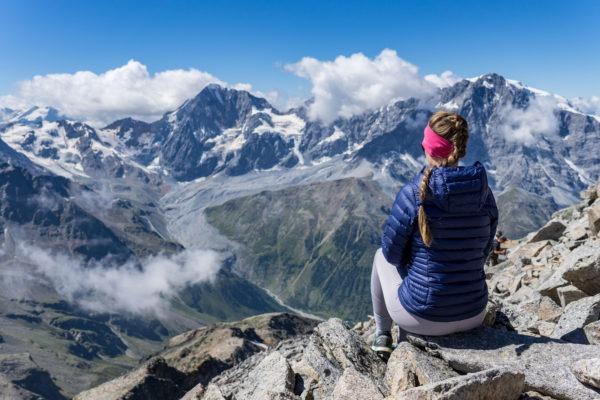 Vzhůru nad ledovce a mraky na Vertainspitze v alpském pohoří Ortles