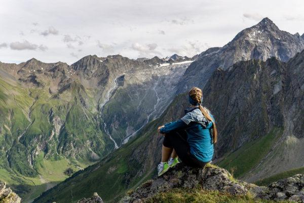 Na třítisícovku Zischgeles ve Stubaiských Alpách se svišti a krávami